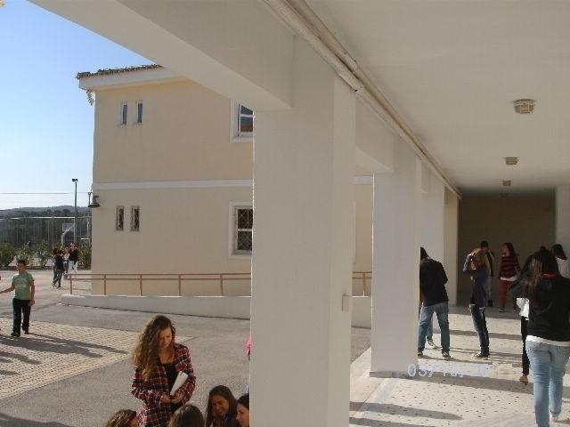 Εσωτερική αυλή και διάδρομος προς Β κτίριο (Α & Β τάξεις)